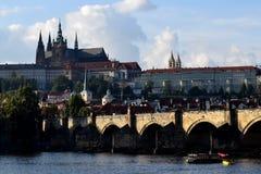 Puente de Charles y castillo de Praga Fotos de archivo