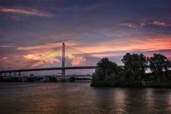 Puente de cristal de Skyway de la ciudad de los veteranos en la puesta del sol Fotografía de archivo libre de regalías