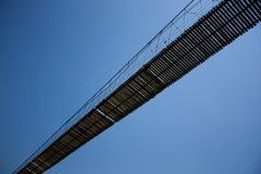 Puente de cuerda en ángulo inclinado. Imágenes de archivo libres de regalías