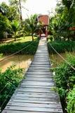 Puente de cuerda largo de madera Fotos de archivo