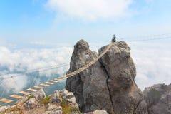 Puente de cuerda sobre el abismo Imagen de archivo