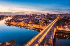 Puente de Dom Luis I y horizonte de Oporto Portugal en la oscuridad Imagen de archivo libre de regalías