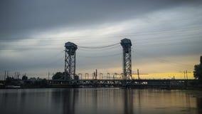 puente de dos niveles sobre el río Fotos de archivo libres de regalías
