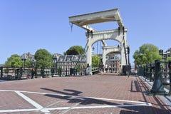 Puente de drenaje antiguo en la correa histórica del canal, Amsterdam, Países Bajos Fotografía de archivo libre de regalías