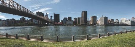 Puente de Ed Koch Queensboro entre Roosevelt Island y Manhattan imagen de archivo libre de regalías