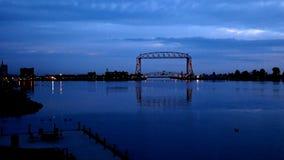 Puente de elevación aéreo de Duluth Minnesota con los gansos de Canadá en primero plano en madrugada metrajes