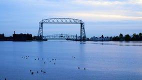 Puente de elevación aéreo de Duluth Minnesota con los gansos de Canadá en primero plano en madrugada almacen de metraje de vídeo
