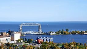 Puente de elevación de Duluth y el lago Superior aéreos en una tarde clara almacen de metraje de vídeo