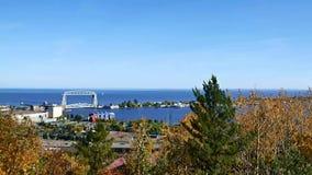 Puente de elevación de Duluth y el lago Superior aéreos en una tarde clara almacen de video