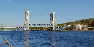 Puente de elevación a través del agua Imagen de archivo