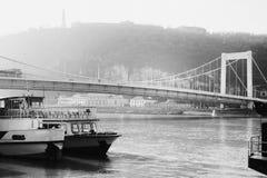 Puente de Elisabeth sobre el río Danubio en Budapest en un día de niebla Fotos de archivo