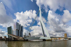 Puente de Erasmus y paisaje urbano de Rotterdam - Países Bajos Fotografía de archivo libre de regalías