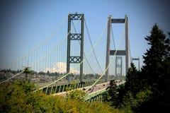 Puente de estrechos de Tacoma y Mt más lluviosos imagen de archivo libre de regalías