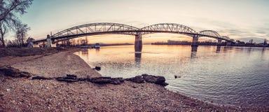 Puente de Esztergom a Sturovo, filtro rojo de Maria Valeria fotografía de archivo