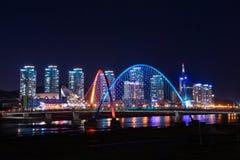 Puente de Expro en la noche en Daejeon, imagen de archivo libre de regalías