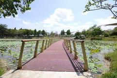 Puente de flotación en el lago Cyberjaya Foto de archivo libre de regalías