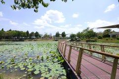 Puente de flotación en el lago Cyberjaya Imagenes de archivo
