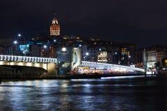 Puente de Galata en la oscuridad Fotos de archivo libres de regalías