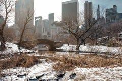 Puente de Gapstow del Central Park con nieve en invierno imágenes de archivo libres de regalías