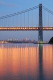 Puente de George Washington con horizonte de NYC en la oscuridad Fotografía de archivo