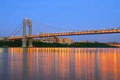 Puente de George Washington con horizonte de NYC en la oscuridad Imagenes de archivo