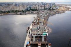 Puente de Guyed a través del espacio abierto de Petrovsky durante la construcción, santo Imagenes de archivo