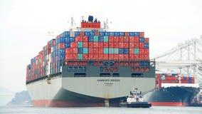 PUENTE de HAMBURGO del buque de carga que sale el puerto de Oakland Imagenes de archivo