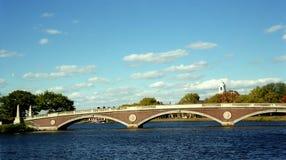 Puente de Harvard del peatón en Boston Massachusetts en el río Charles con el campus de Harvard en el fondo en un día soleado Fotos de archivo