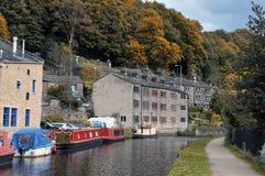Puente de Hebden con las gabarras y las casas flotantes en el canal del rochdale Fotografía de archivo libre de regalías