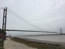 Puente de Humber en un día nublado fotografía de archivo
