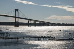 Puente de Jamestown que pasa el océano en Newport Rhode Island imagenes de archivo
