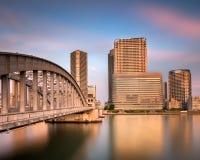 Puente de Kachidoki y río en la puesta del sol, Tokio de Sumida Foto de archivo