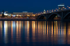 Puente de Krasnoyarsk de la noche sobre el Yenisei Imagenes de archivo