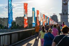 Puente de Krymsky adornado con las banderas del mundial de la FIFA Fotos de archivo