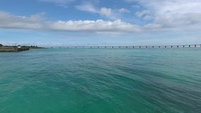 Puente de Kurima visto de la playa de Yonaha Maehama metrajes