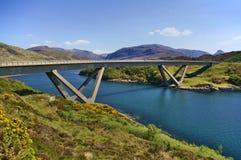 Puente de Kylesku a través del lago un irn Bhàde Chà del `adentro, Sutherland, Escocia fotografía de archivo libre de regalías