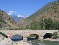 Puente de la alta montaña - Turquía del este fotos de archivo