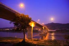 Puente de la amistad en el crepúsculo Imagenes de archivo