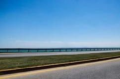Puente de la autopista y el horizonte Imagen de archivo libre de regalías