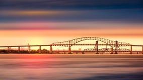 Puente de la bahía de Newark en la puesta del sol Imágenes de archivo libres de regalías