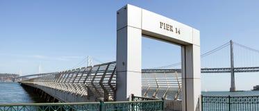 Puente de la bahía de Oakland de Pier 14 en San Francisco Fotografía de archivo libre de regalías