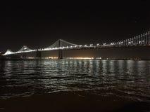 Puente de la bahía de San Francisco-Oakland en la noche Foto de archivo libre de regalías