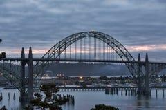 Puente de la bahía de Yaquina en la salida del sol Fotografía de archivo