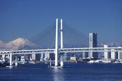 Puente de la bahía de Yokohama, Mt. Fuji, y un edificio Imágenes de archivo libres de regalías