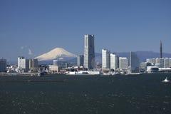 Puente de la bahía de Yokohama, Mt. Fuji, y un edificio Fotografía de archivo libre de regalías