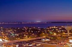 Puente de la bahía en la noche Imagen de archivo