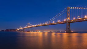 Puente de la bahía en la noche Imágenes de archivo libres de regalías