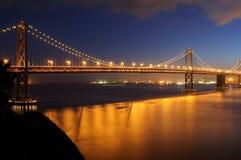 Puente de la bahía en la oscuridad Fotos de archivo