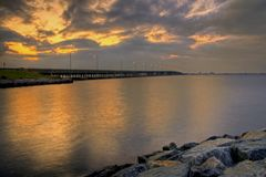 Puente de la bahía en la salida del sol Fotos de archivo libres de regalías