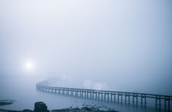 Puente de la bahía en niebla pesada Fotografía de archivo